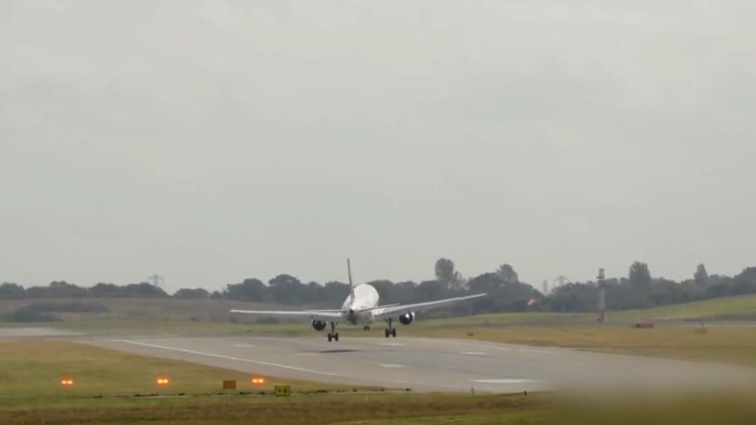Silny wiatr i wielki, lądujący samolot. O krok od katastrofy