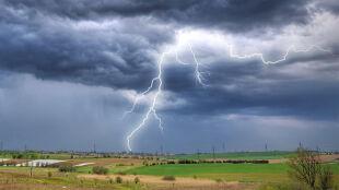 Prognoza pogody na dziś: lokalnie deszcz i burze z gradem, do 33 stopni