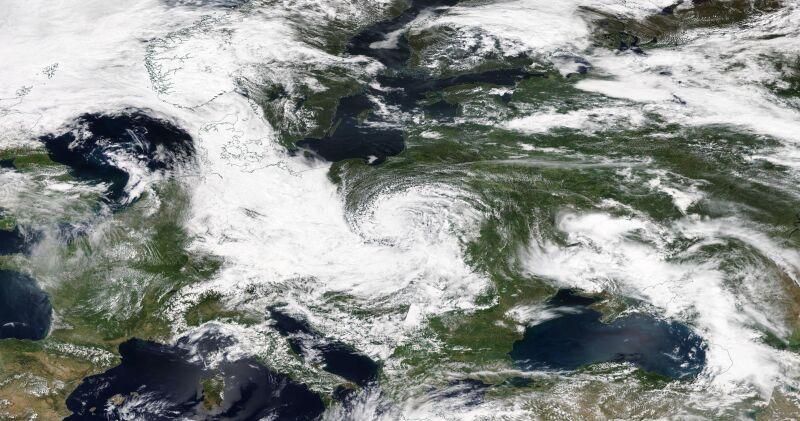 Zdjęcie satelitarne z godziny 14.30 (NASA Worldview)