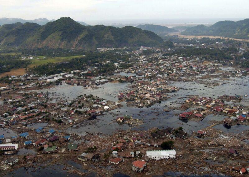 Zniszczona sumatrzańska wieś po przejściu fali tsunami w 2004 roku (U.S. Navy)